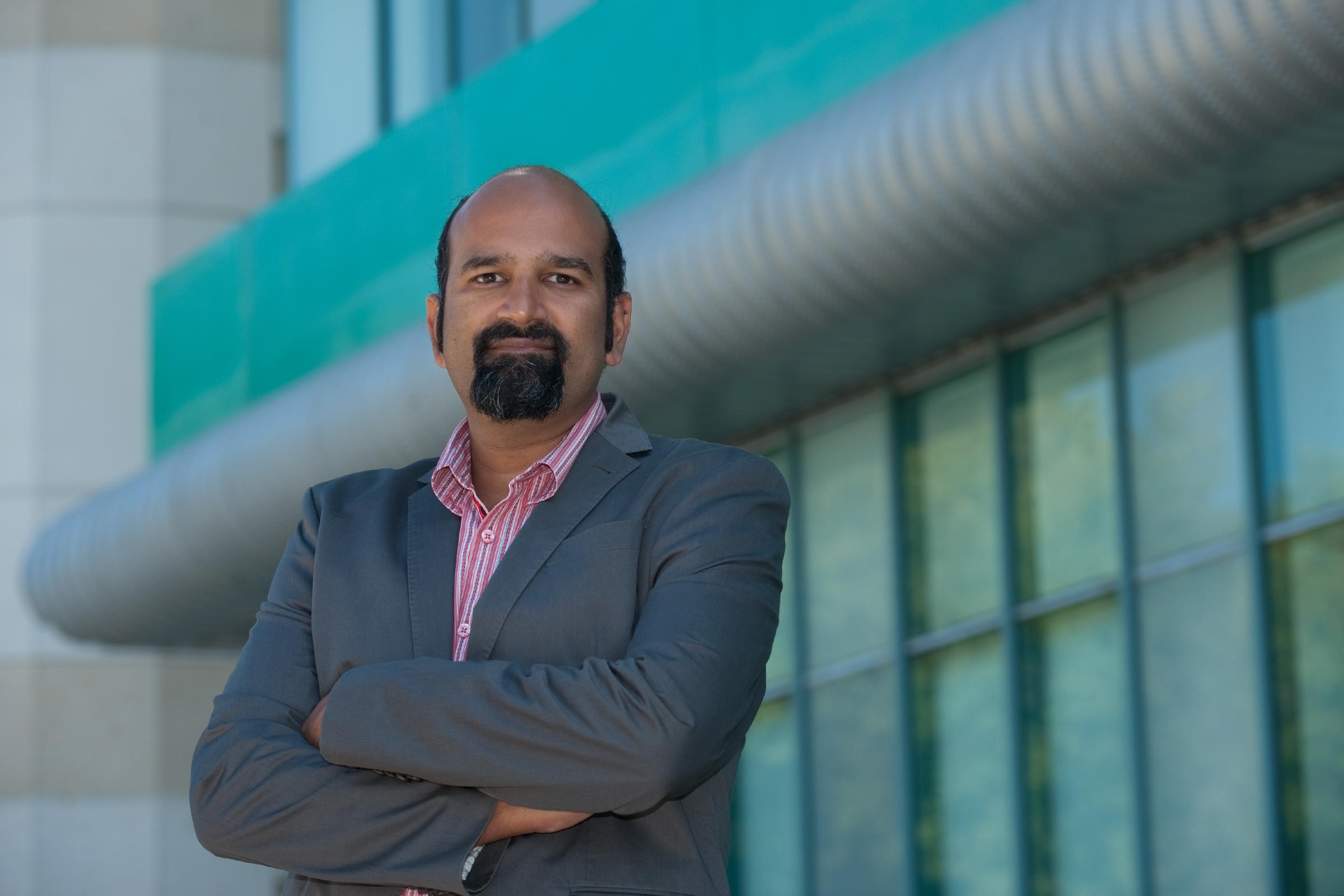 El neurobiólogo Sunil Gandhi. Imagen: Steve Zylius. Fuente: UC Irvine.