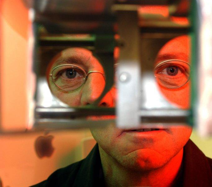 Randolph Blake mirando a través de l instrumento usado para probar la 'rivalidad binocular'. Imagen: Neil Brake. Fuente: Universidad de Vanderbilt.