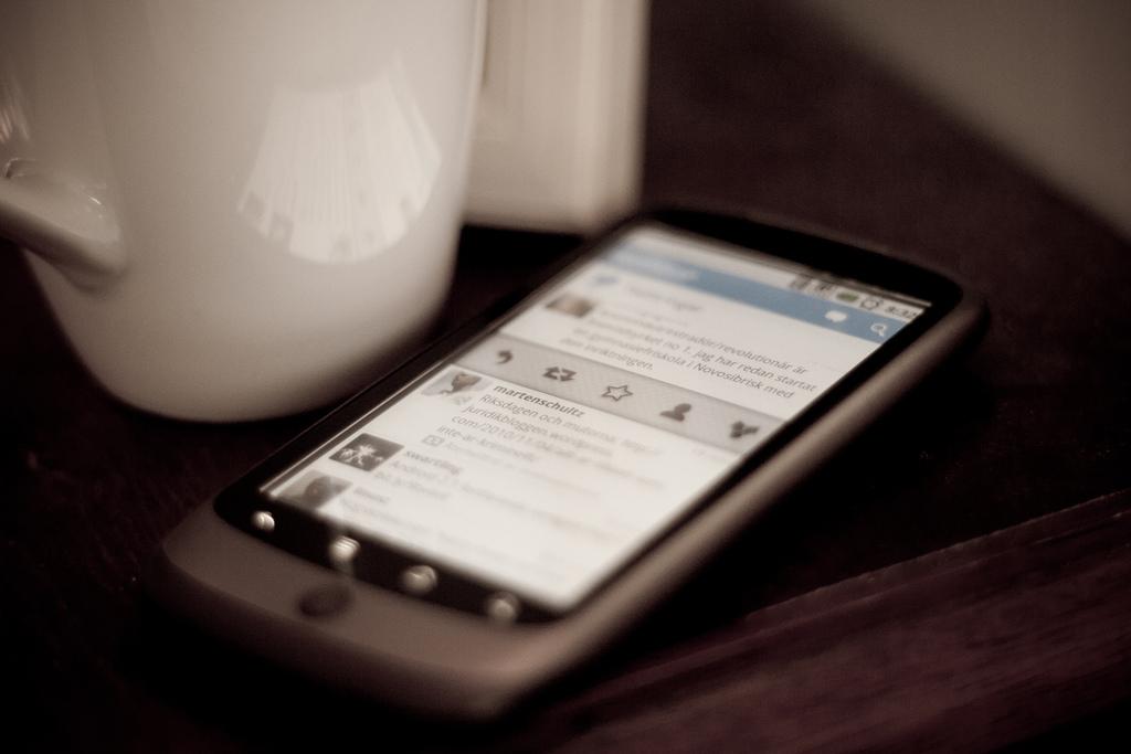 Una de las horas punta para leer Twitter y retuitear es el comienzo de la jornada laboral. Imagen: Johan Larsson. Fuente: Flickr.