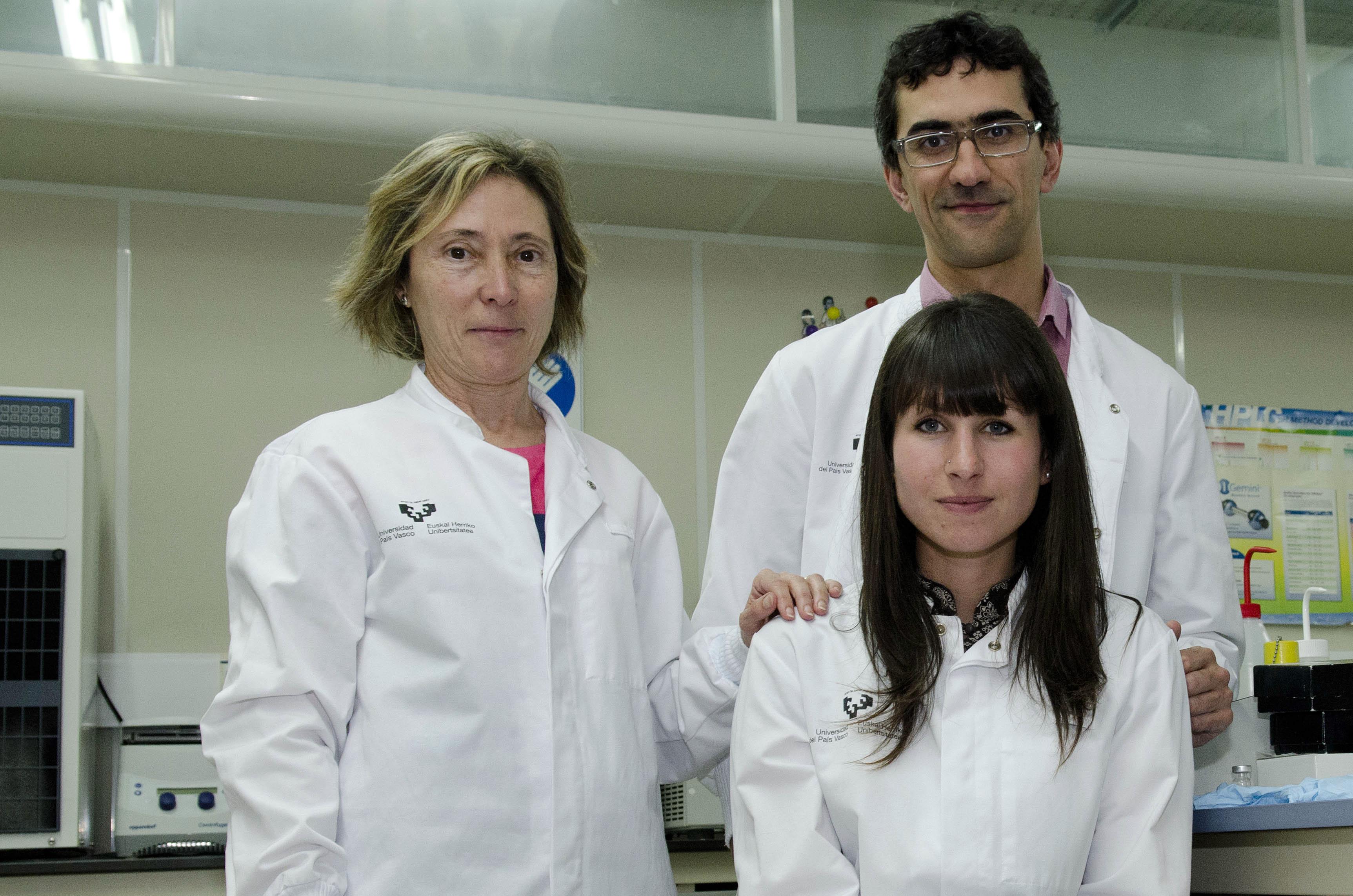 Las investigadoras Rosa María Alonso, Luis Bartolomé e Itxaso San Román. Fuente: UPV-EHU.