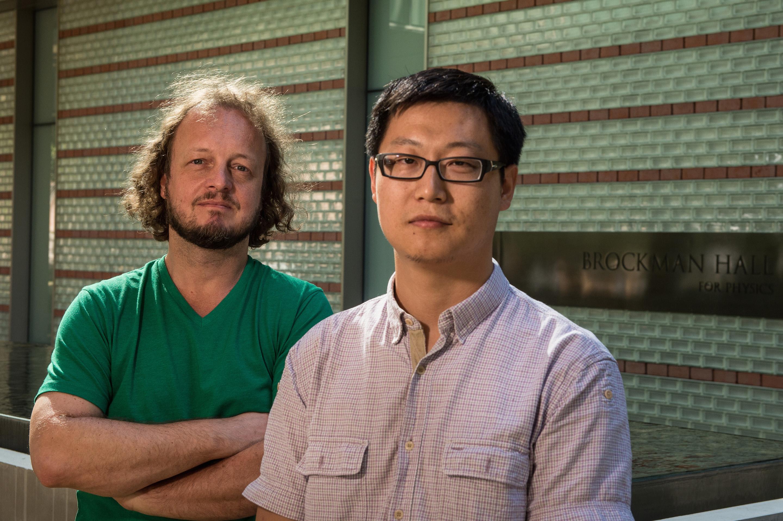 Frank Geurts y Kefeng Xin. Imagen: Jeff Fitlow. Fuente: Universidad Rice.
