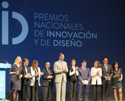 Los Reyes (en el centro), con los premiados y otras autoridades. Fuente: Gobierno de España.