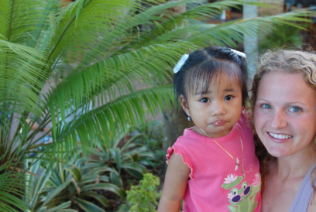 Una niña filipina, con su madre adoptiva. Imagen: Dylan Walters. Fuente: Flickr.