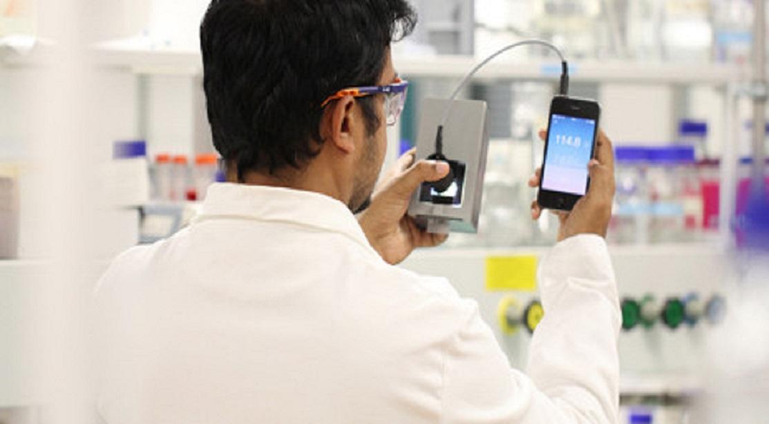 El investigador Jiho Vallooran, utilizando el prototipo. Imagen: Laboratorio de Mezzenga. Fuente: ETH Zurich.