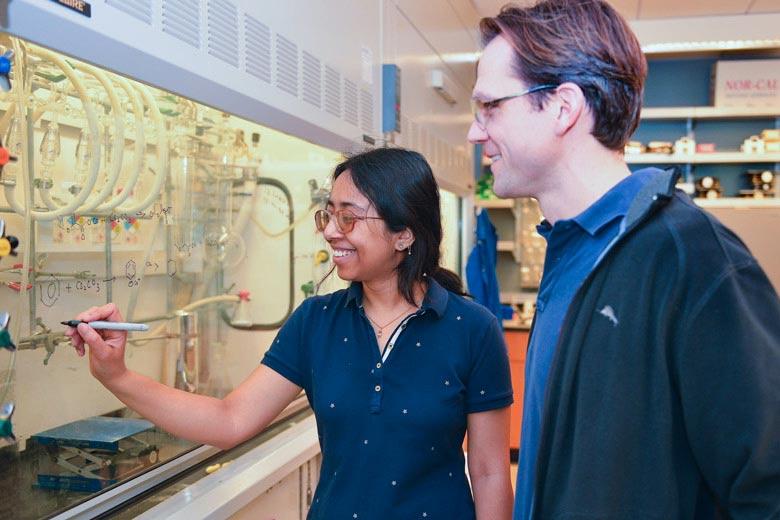 Aanindeeta Banerjee y Matthew Kanan han desarrollado una nueva manera de fabricar plástico renovable a partir de CO2 y plantas. Fuente: Universidad de Stanford.