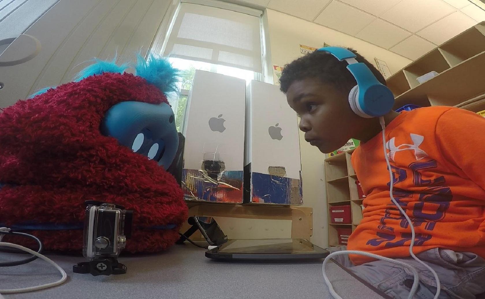 Un niño interactúa con Tega. Fuente: MIT Media Lab