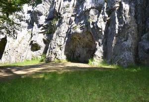 Entrada a la caverna Tercera, de Goyet. Imagen: A. C. Pottier. Fuente: Prehistomuseo de Ramioul.
