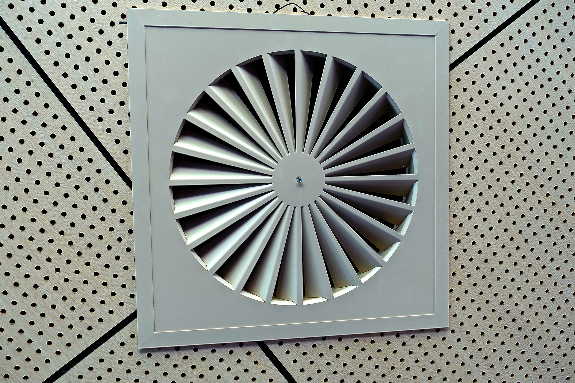 La ventilación es clave para el ciclo microbiano de los edificios. Imagen: MemoryCatcher. Fuente: Pixabay.