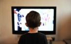 Los niños pequeños que ven más tele y videojuegos duermen menos