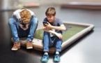 Muchas horas ante una pantalla envejece el cerebro de los niños