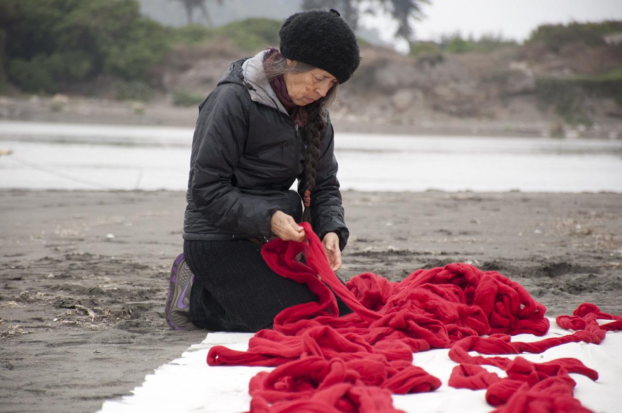 Cecilia Vicuña en el río Mapocho